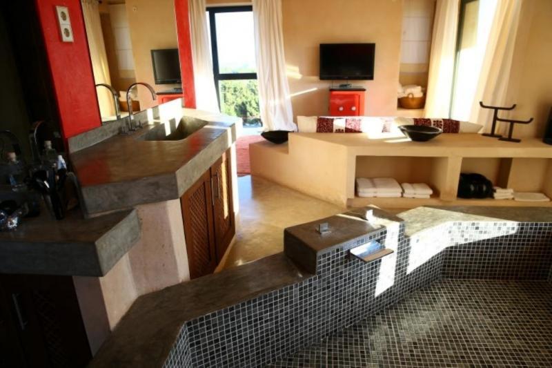 Luxe Villa Badkamer : Stock foto aanzicht van hippe badkamer in luxe villa