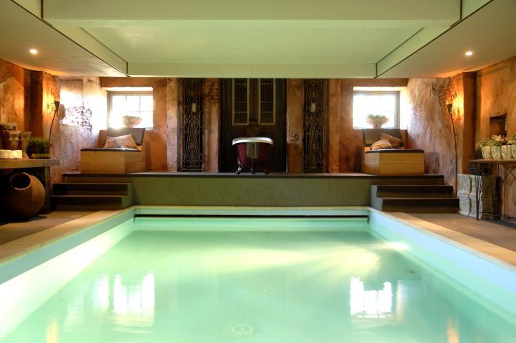 Vakantiehuis met binnenzwembad - Boekluxevilla